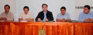 EL DR. FERNANDO VALENZUELA PERNAS, PROCURADOR DEL ESTADO DE TABASCO, QUIEN INAUGURÓ DICHO CURSO, EN COMPAÑÍA DE NUESTRO COMPAÑERO ALBERTO TORRES SOSA, VICEPRESIDENTE DE CONAPE  EN TABASCO, EL EXPOSITOR, LIC. ALBERTO PERALTA